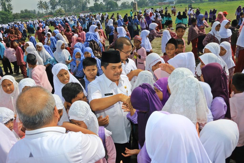 4. Sekdako Benni Warlis bersalaman dengan siswa usai membuka Pesantren Ramadhan 1438 H